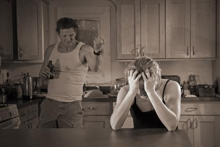 Пьяный муж пугает жену