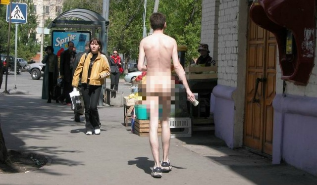 Голый человек мужик на улице фото