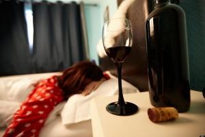 Пьет алкоголь в одиночку