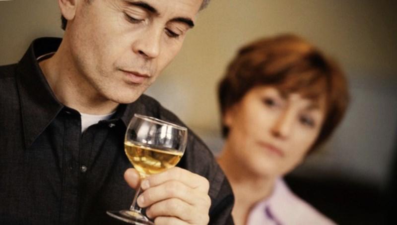 Как алкоголики манипулируют близкими?