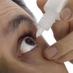 Наркоман закапывает глаза
